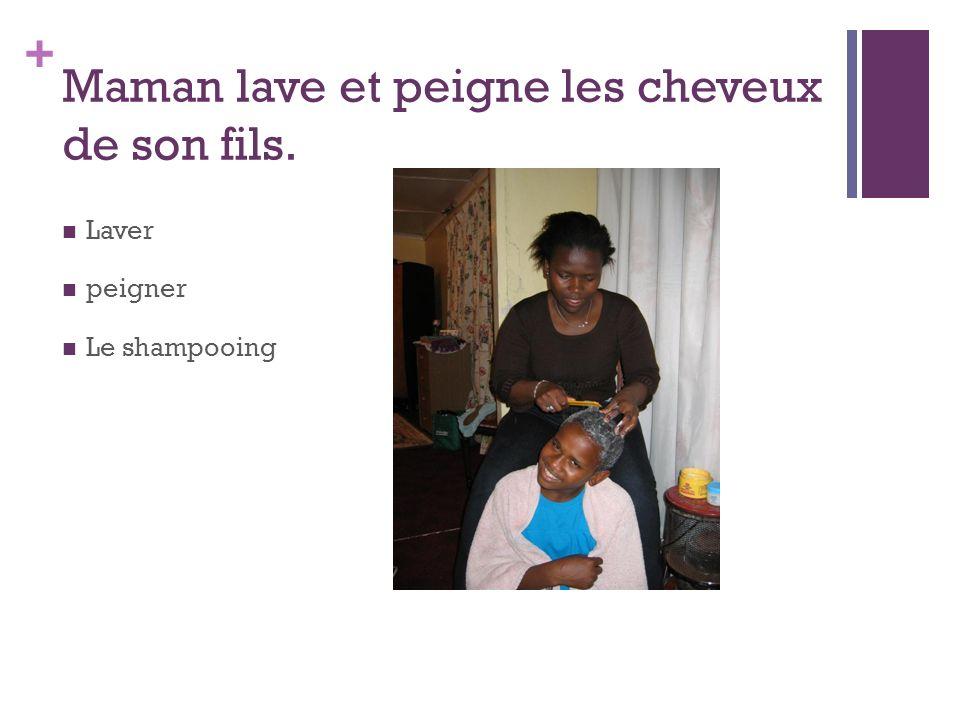 + Maman lave et peigne les cheveux de son fils. Laver peigner Le shampooing