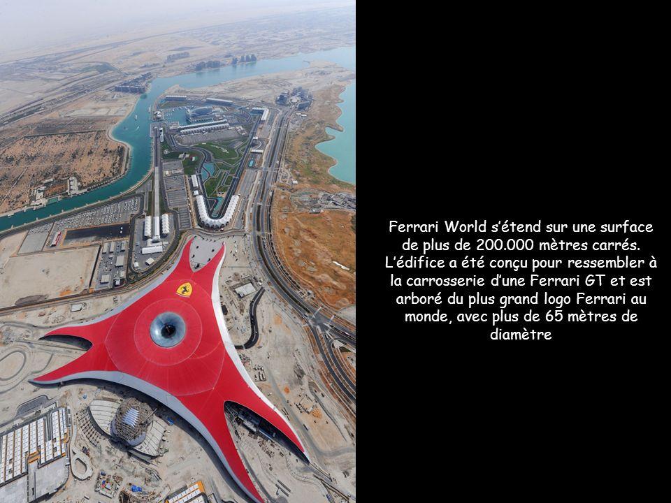 Ferrari World sétend sur une surface de plus de 200.000 mètres carrés.