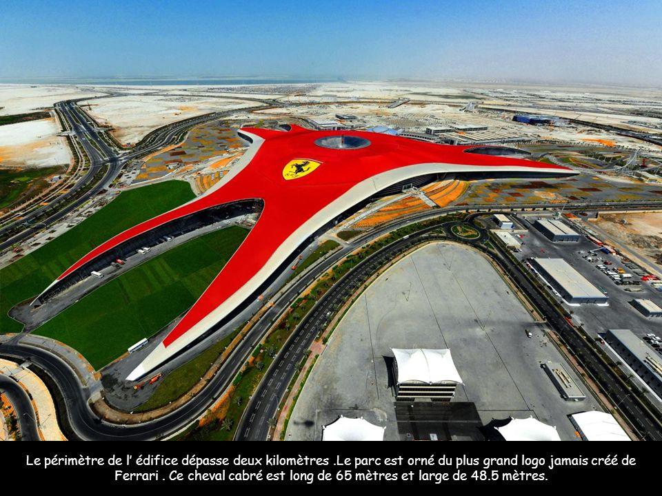 Le périmètre de l édifice dépasse deux kilomètres.Le parc est orné du plus grand logo jamais créé de Ferrari.