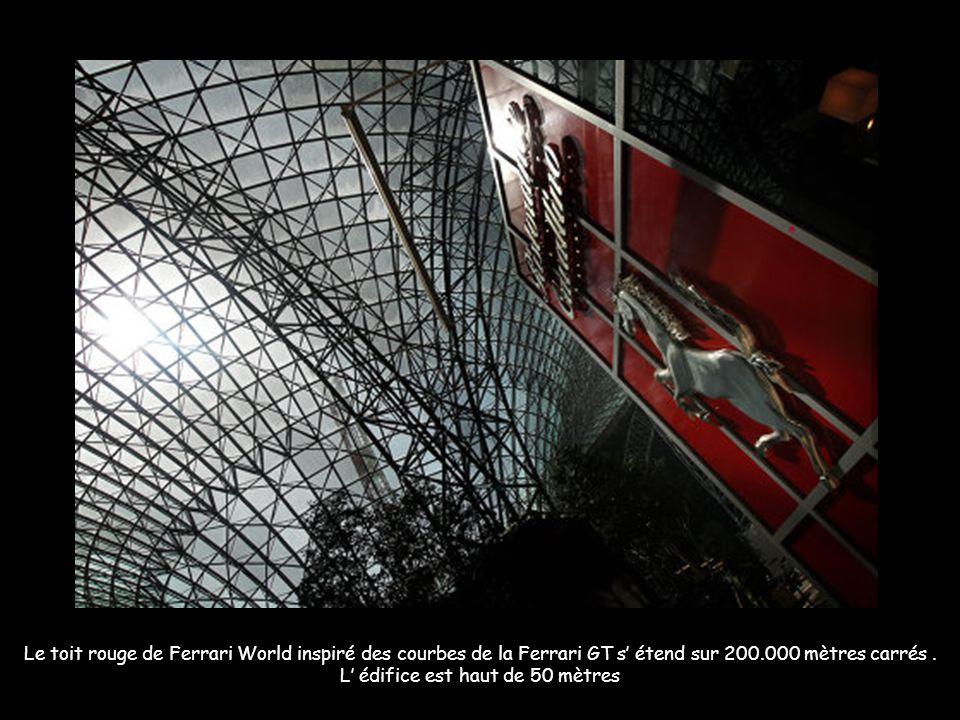 Le toit rouge de Ferrari World inspiré des courbes de la Ferrari GT s étend sur 200.000 mètres carrés.