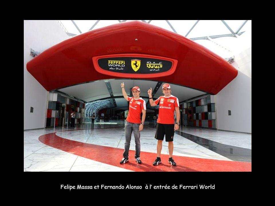 Felipe Massa et Fernando Alonso à l entrée de Ferrari World