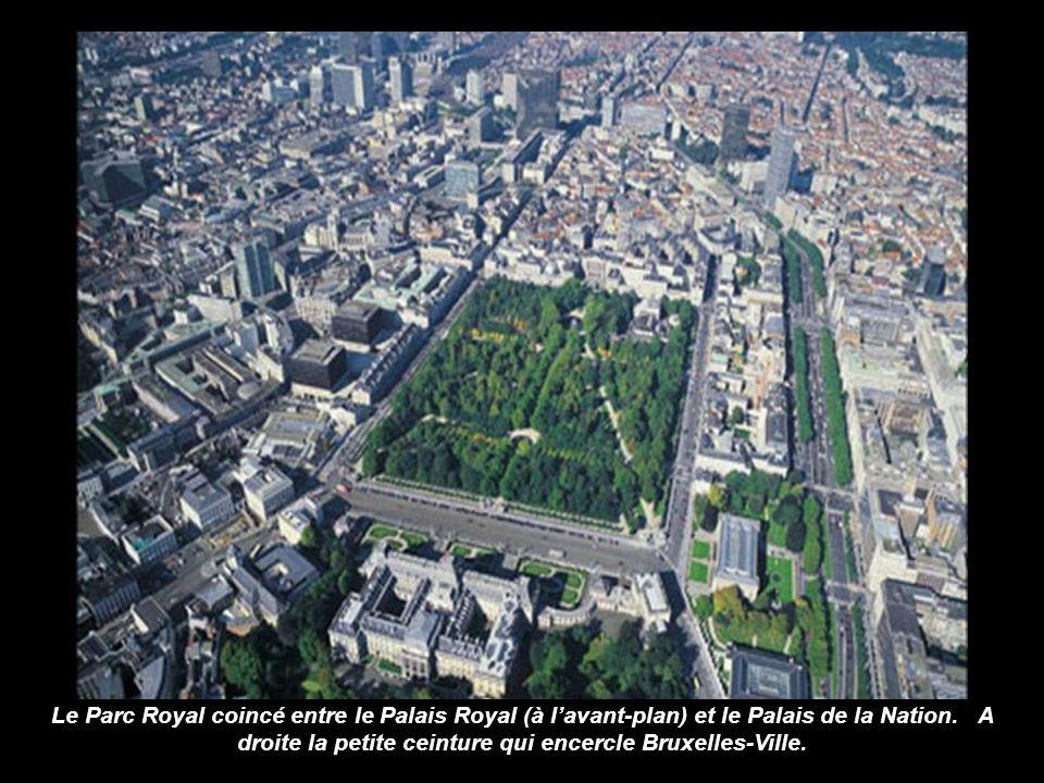 Panorama de Bruxelles avec en premier plan la Porte de Hal. A larrière plan, le Palais de Justice et l'hôtel Hilton. A droite, un tronçon de la petite