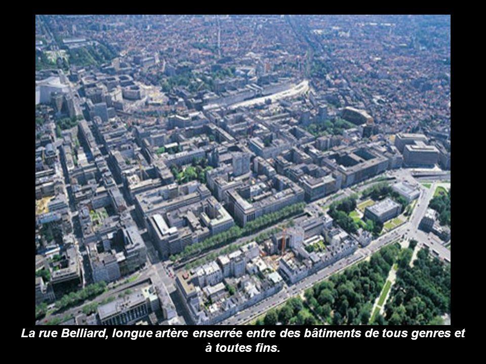 Le Parc Royal coincé entre le Palais Royal (à lavant-plan) et le Palais de la Nation. A droite la petite ceinture qui encercle Bruxelles-Ville.