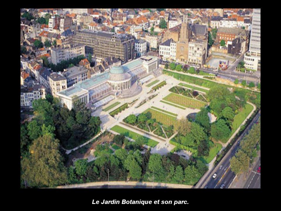 Panorama de Bruxelles avec à lavant plan, la Porte de Hal. Dans le fond, le Palais de Justice et l'hôtel Hilton. Et à droite, un tronçon de la petite