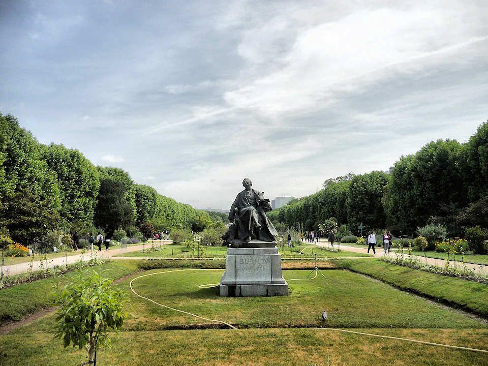 A droite, la Grande galerie de lévolution en face de laquelle se trouve une statue en bronze de Buffon, œuvre de Jean Carlus (1908).