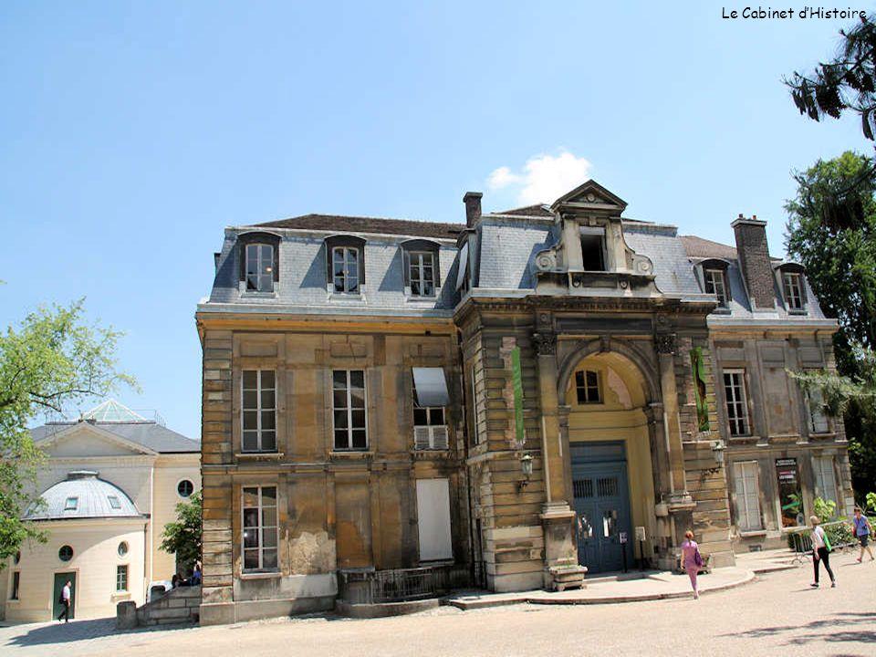 Ci-contre, une superbe fontaine en hommage à Georges Cuvier, né à Montbéliard le 23 août 1769 et mort à Paris le 13 mai 1832; il fut un anatomiste français, promoteur de l anatomie comparée et de la paléontologie.