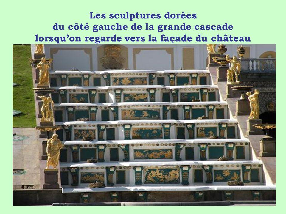 Les sculptures dorées du côté gauche de la grande cascade lorsquon regarde vers la façade du château
