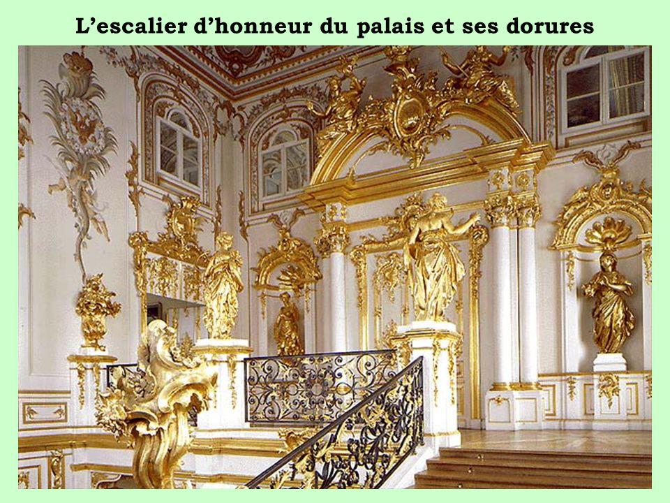 Lescalier dhonneur du palais et ses dorures