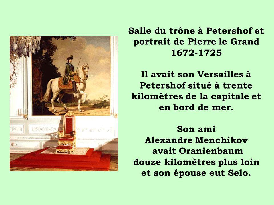 Salle du trône à Petershof et portrait de Pierre le Grand 1672-1725 Il avait son Versailles à Petershof situé à trente kilomètres de la capitale et en