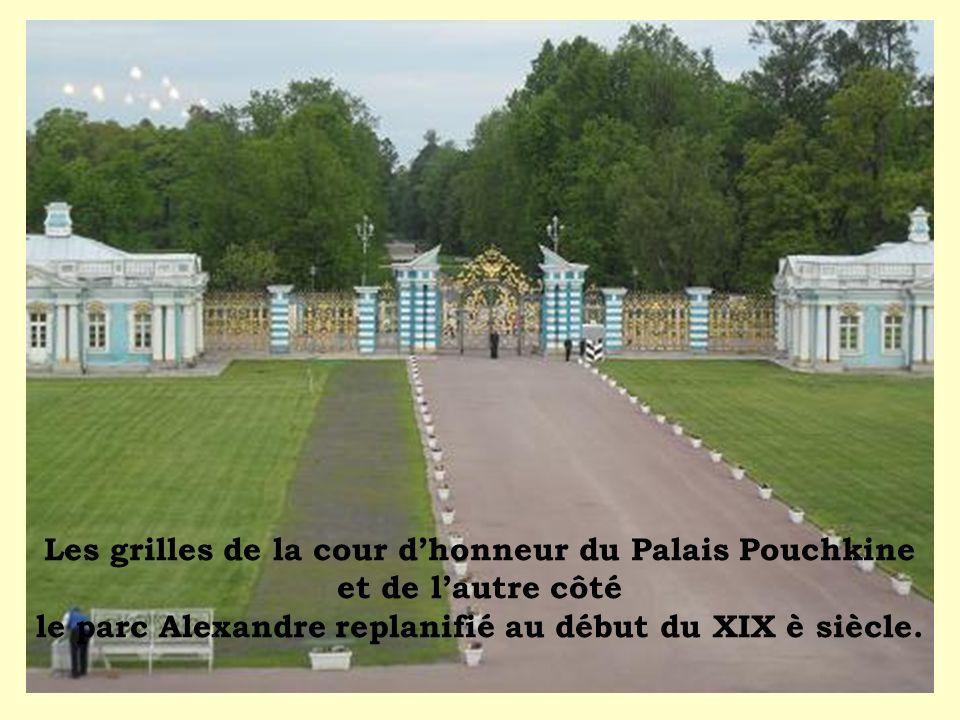 Les grilles de la cour dhonneur du Palais Pouchkine et de lautre côté le parc Alexandre replanifié au début du XIX è siècle.
