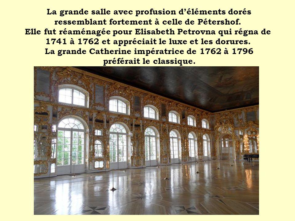 La grande salle avec profusion déléments dorés ressemblant fortement à celle de Pétershof. Elle fut réaménagée pour Elisabeth Petrovna qui régna de 17