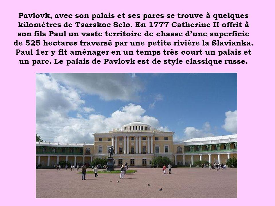Pavlovk, avec son palais et ses parcs se trouve à quelques kilomètres de Tsarskoe Selo. En 1777 Catherine II offrit à son fils Paul un vaste territoir