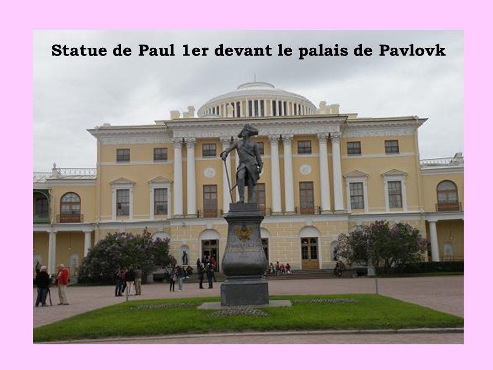 Statue de Paul 1er devant le palais de Pavlovk