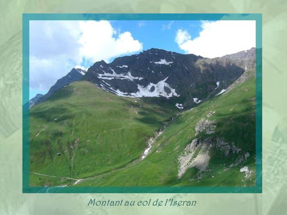 Pour passer de la Haute-Maurienne à laTarentaise, il faut franchir le col de lIseran, à 2 770 m daltitude. La route est fermée, en hiver, après Bonnev