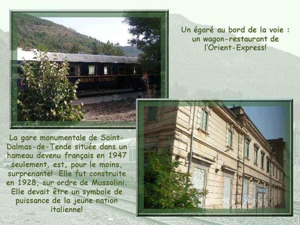 Un égaré au bord de la voie : un wagon-restaurant de lOrient-Express.