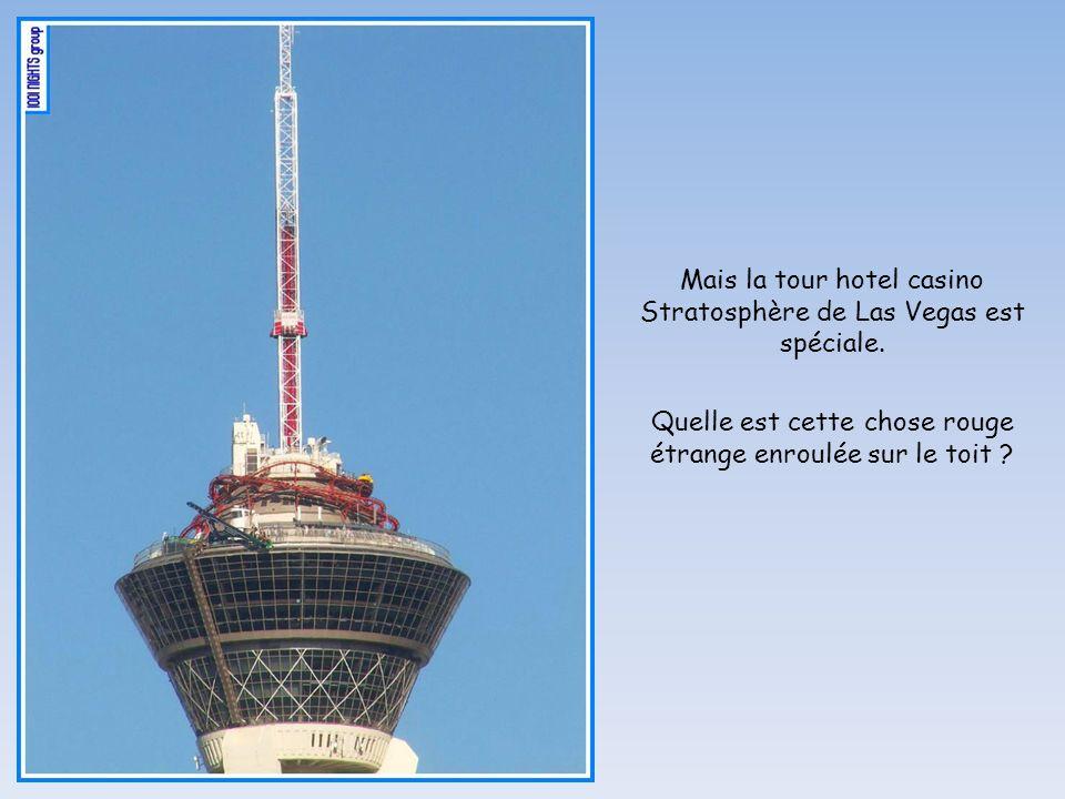 Quelle est cette chose rouge étrange enroulée sur le toit ? Mais la tour hotel casino Stratosphère de Las Vegas est spéciale.