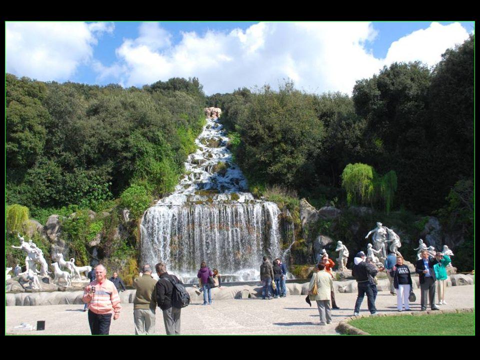 La succession des jeux deau culmine avec la spectaculaire Grande cascade, dite aussi Fontaine de Diane