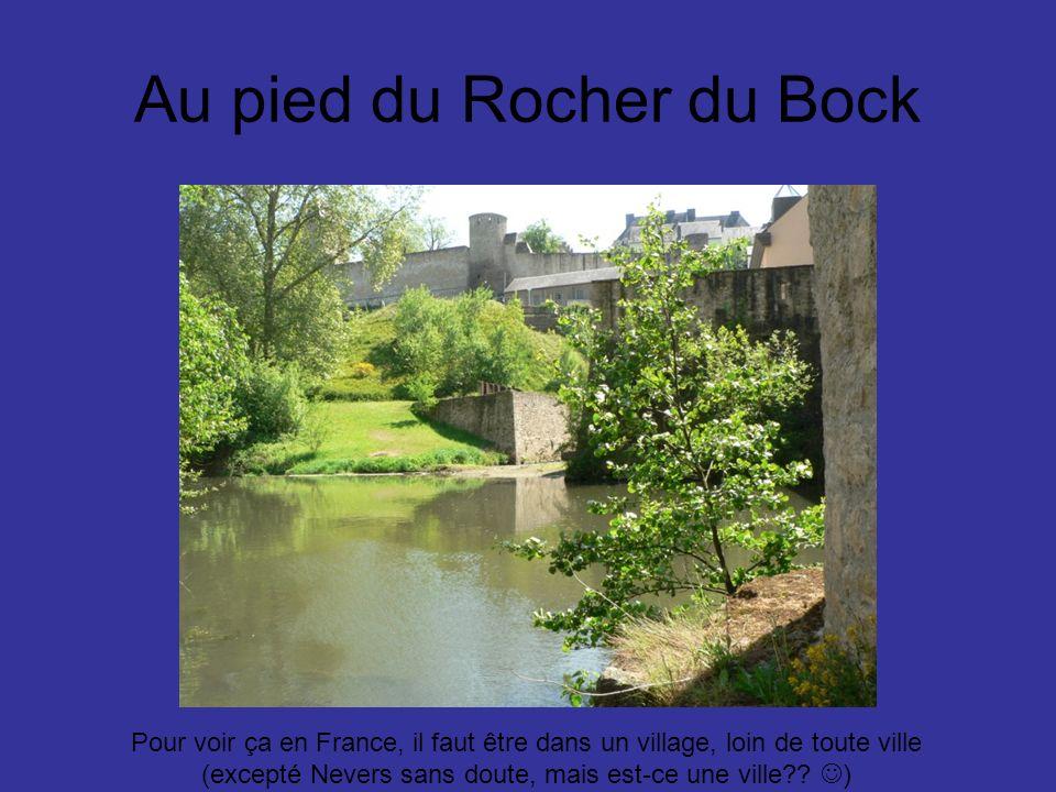 Au pied du Rocher du Bock Pour voir ça en France, il faut être dans un village, loin de toute ville (excepté Nevers sans doute, mais est-ce une ville?