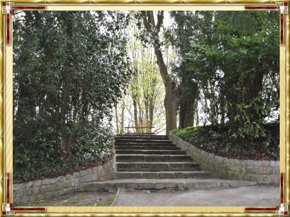 Le Parc Fénelon a été conçu à la fin du 17 ème siècle, pour former une grande perspective devant le palais sur le modèle des jardins conçus par le Nôtre sous Louis XIV.