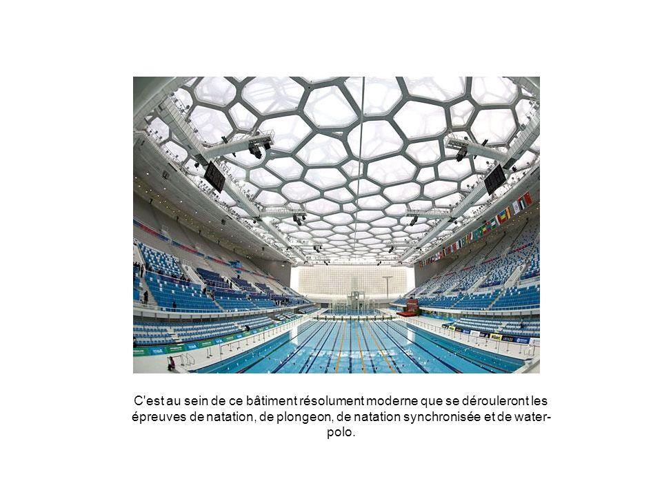 C'est au sein de ce bâtiment résolument moderne que se dérouleront les épreuves de natation, de plongeon, de natation synchronisée et de water- polo.