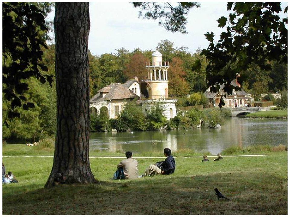 LE HAMEAU DE LA REINE A TRIANON Versailles va jeter son dernier éclat sous Louis XVI.
