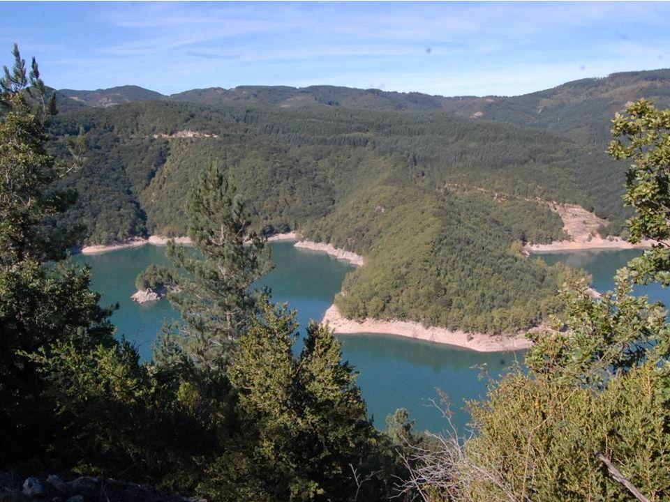 Avène, station thermale dermatologique et touristique, nichée au cœur du pays des Monts et des Sources, située au pied des Cévennes à 350 m d altitude.