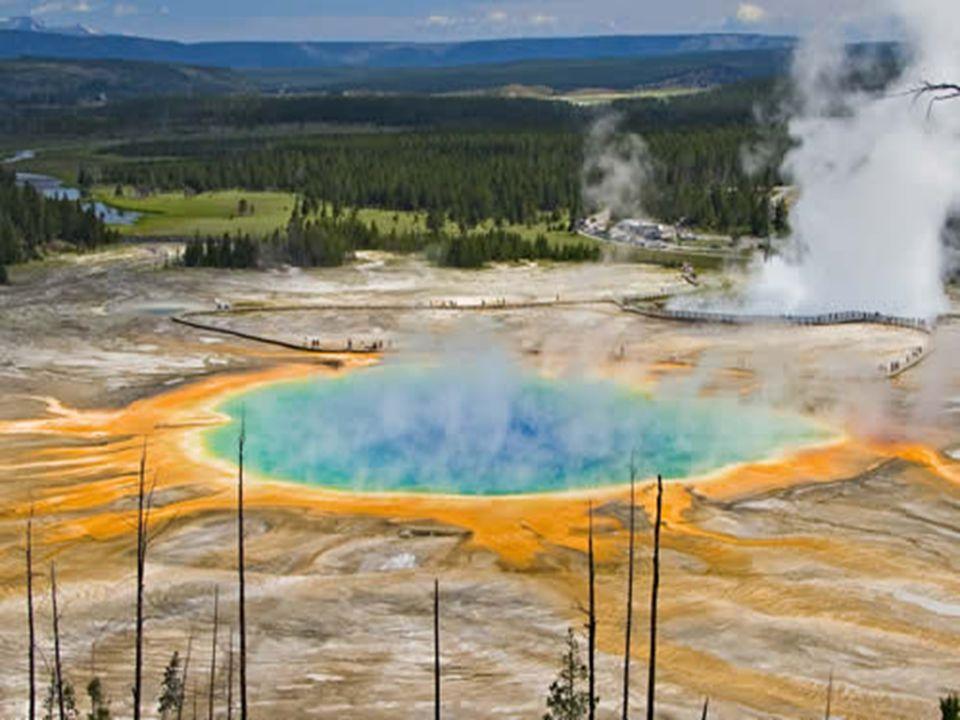 Grand Prismatic Spring D'un diamètre de 75 mètres, le Grand Prismatic Spring est la plus grande source d'eau chaude du monde. La température de l'eau