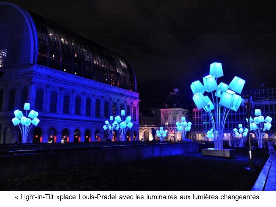 « Light-in-Tilt »place Louis-Pradel avec les luminaires aux lumières changeantes.
