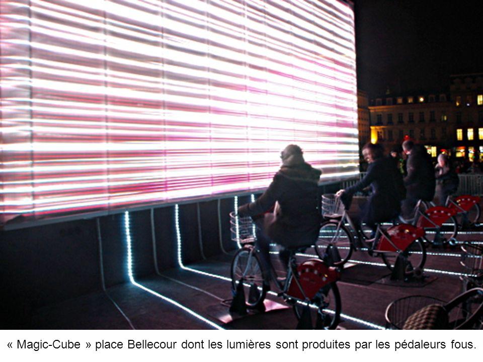 « Magic-Cube » place Bellecour dont les lumières sont produites par les Vélib.