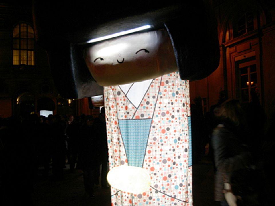 Des Kokeshi de soie, de Annelore Parot, paradent et illuminent dans la cour de lHôtel-de-Ville.