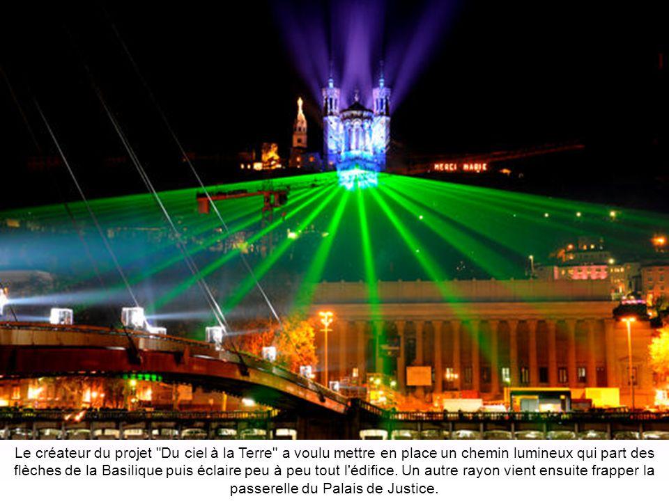 Le créateur du projet Du ciel à la Terre a voulu mettre en place un chemin lumineux qui part des flèches de la Basilique puis éclaire peu à peu tout l édifice.