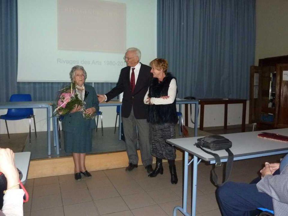 Les membres de Rivages des Arts ont tenu à témoigner à Emilia Albitre de leur amitié et de leur admiration pour sa nomination de Commandeur dans l Ordre National du Mérite.