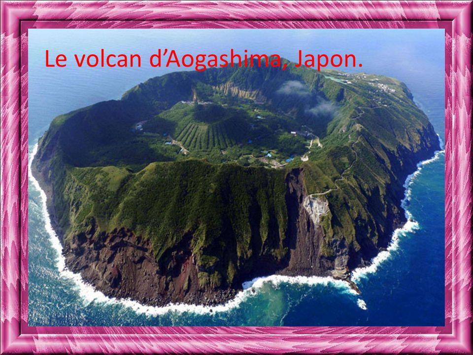 Le volcan dAogashima, Japon.