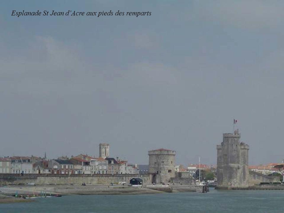 St Jean dAcre ( sur la droite un parking-spectacles principaux des Francofolies.)