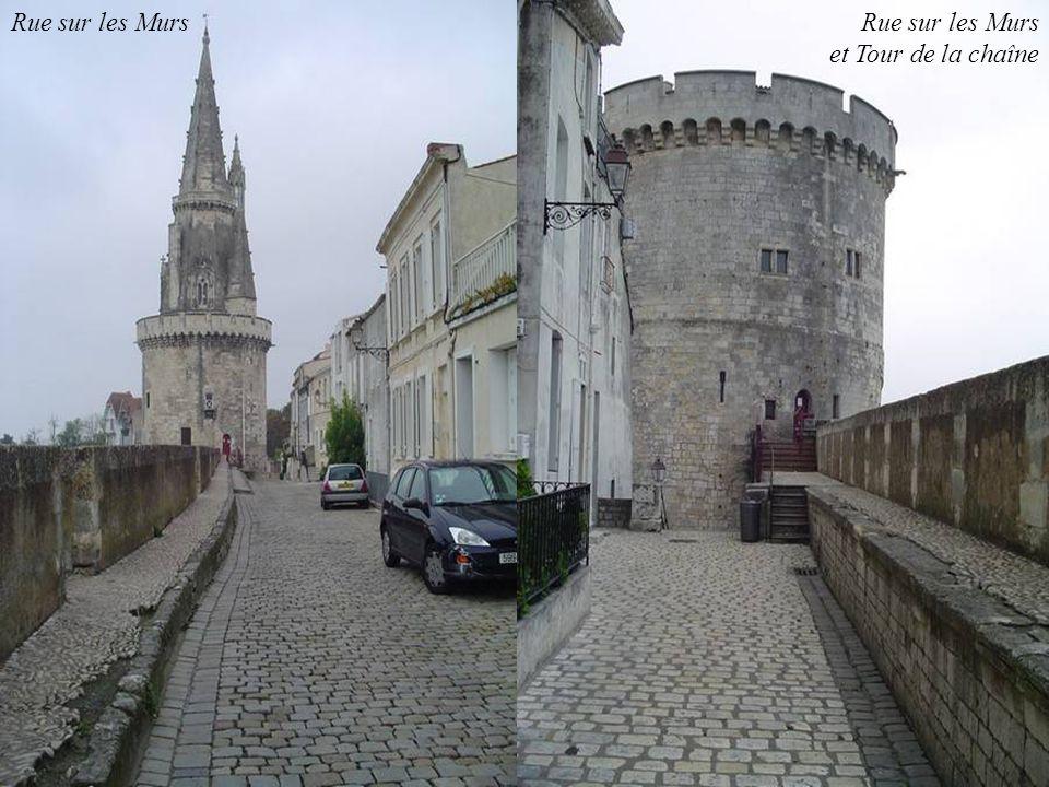 Spectacle des Francofolies sur lesplanade St Jean dAcre au fond à gauche : remparts et rue sur les murs, au centre : les tours de la chaîne et St Nico