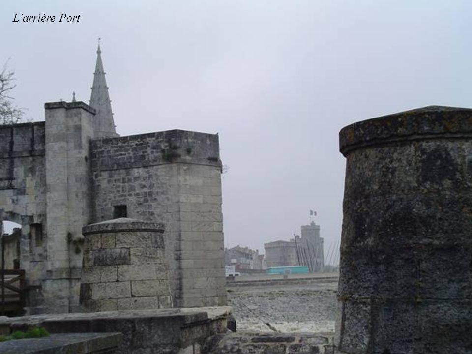 Rue sur les murs et Tour de la lanterne