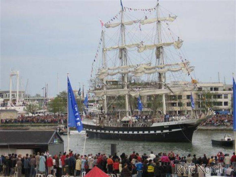 Le Belem et sa flottille dans le bassin des Chalutiers. Départ vers Québec 400 e anniversaire