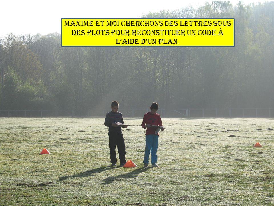 Maxime et moi cherchons des lettres sous des plots pour reconstituer un code à laide dun plan.