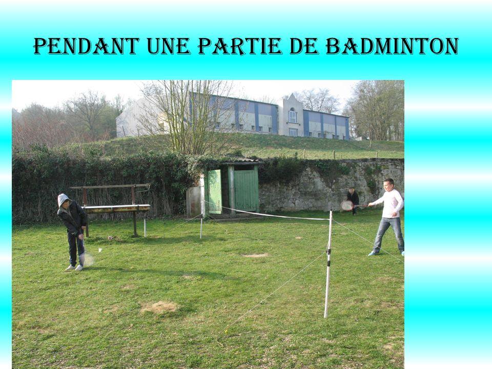 PENDANT UNE PARTIE DE BADMINTON