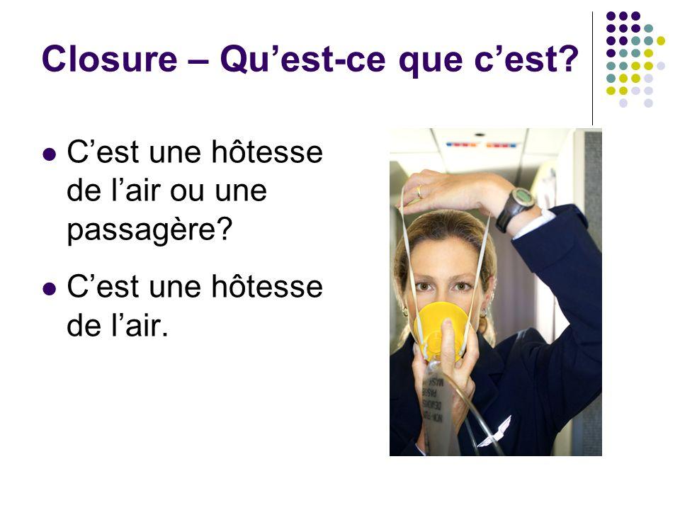 Closure – Quest-ce que cest? Cest une hôtesse de lair ou une passagère? Cest une hôtesse de lair.