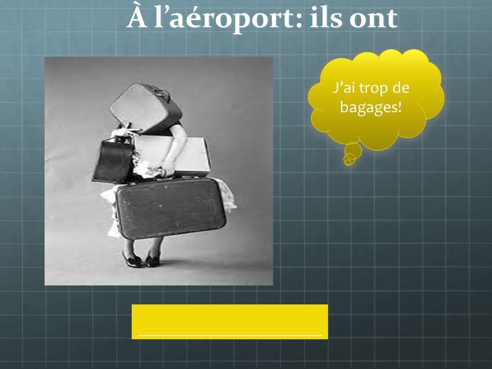 À laéroport: que fait-il Il _____________ses bagages au comptoir
