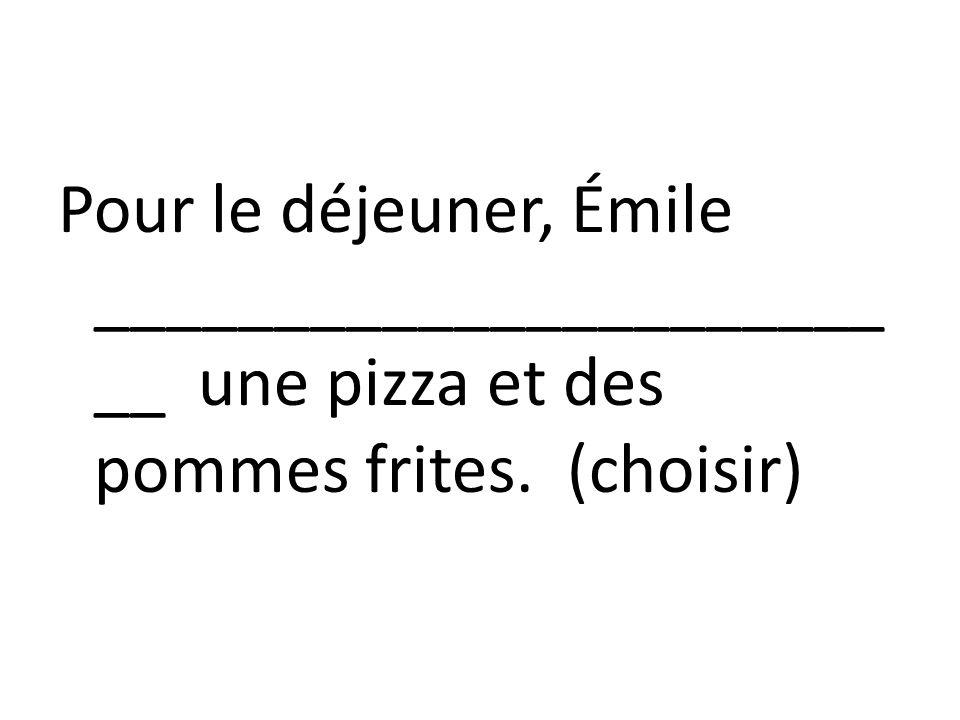Pour le déjeuner, Émile ______________________ __ une pizza et des pommes frites. (choisir)