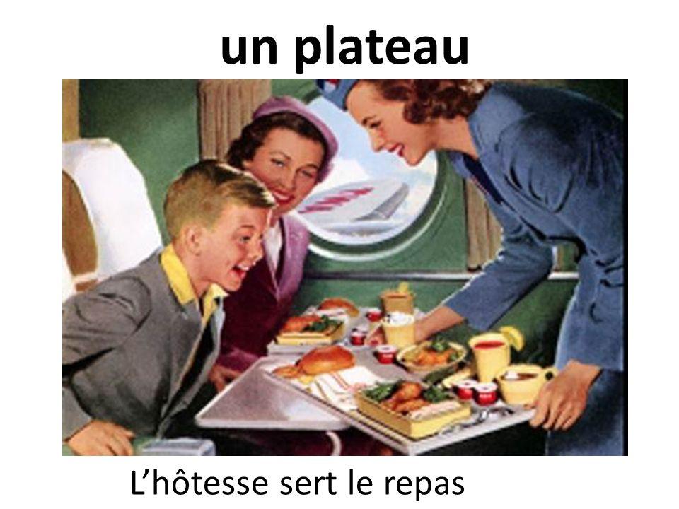 un plateau Lhôtesse sert le repas