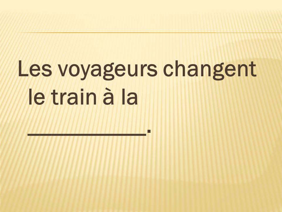 Les voyageurs changent le train à la __________.