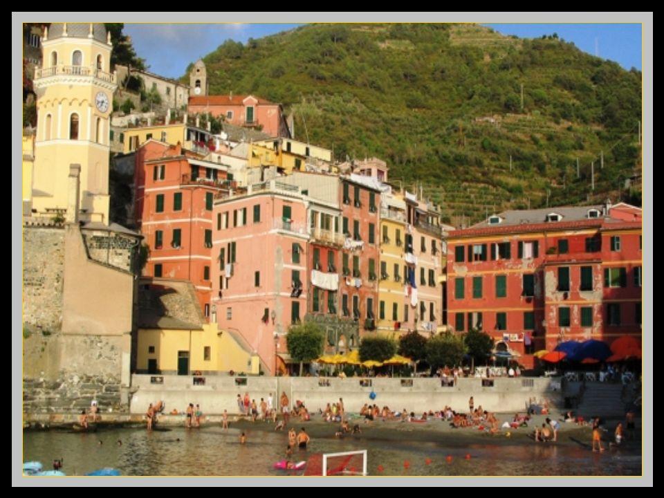 Riomaggiore, le dernier des villages du Cinque Terre. Ici on voit la ligne de chemin de fer qui permet laccès à ces cinq très beaux villages Clic