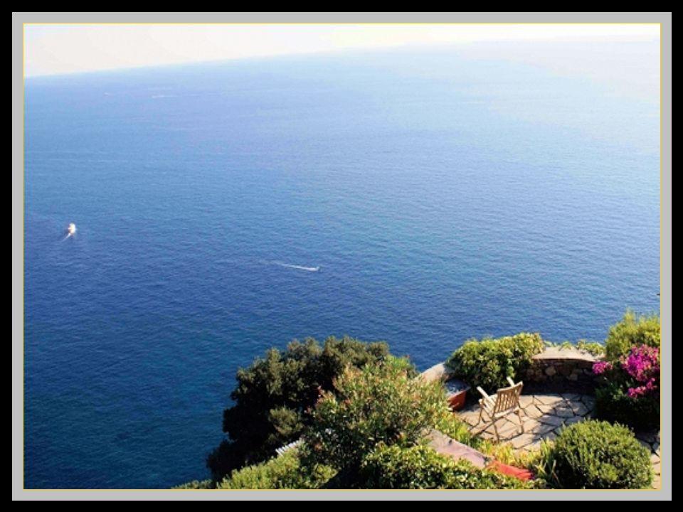 Vernazza Dominant la mer, cest le village le plus photographié des cinq car le plus visité malgré que des bateaux relient tous ces villages à 20 dinte