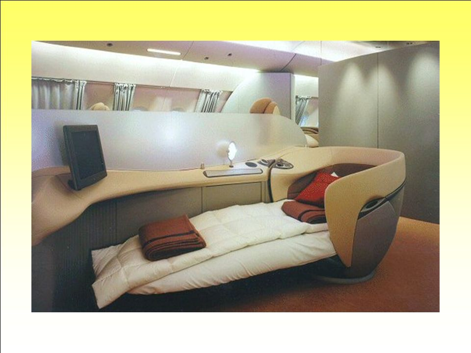 Siège-lit... Encore un exemple d'aménagement (très) haut de gamme. Le siège passager se converti en lit avec vue sur l'écran vidéo, lumières tamisées
