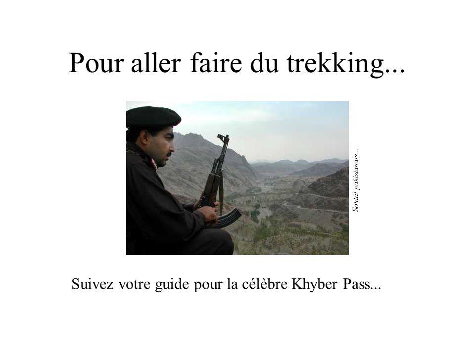 Pour aller faire du trekking... Suivez votre guide pour la célèbre Khyber Pass... Soldat pakistanais...