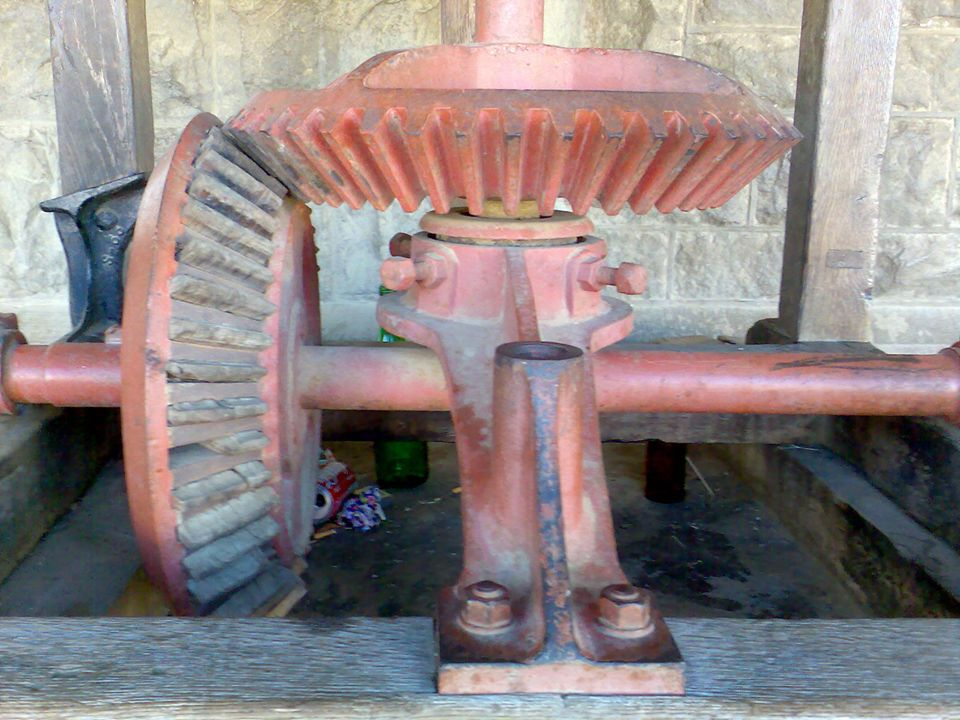 Définition Un engrenage est un système mécanique composé de deux ou plusieurs roues dentées servant à la transmission du mouvement de rotation.