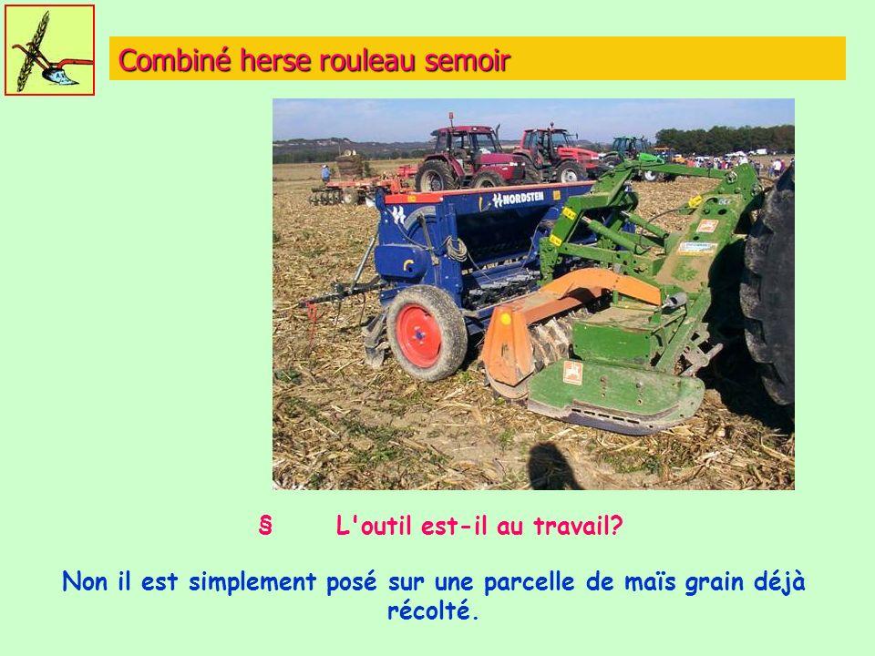 Combiné herse rouleau semoir § L'outil est-il au travail? Non il est simplement posé sur une parcelle de maïs grain déjà récolté.